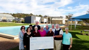 Corey Wingard MP with Swimmers and ECBAT members with Eudunda Swimming Pool & Complex as they receive the cheque